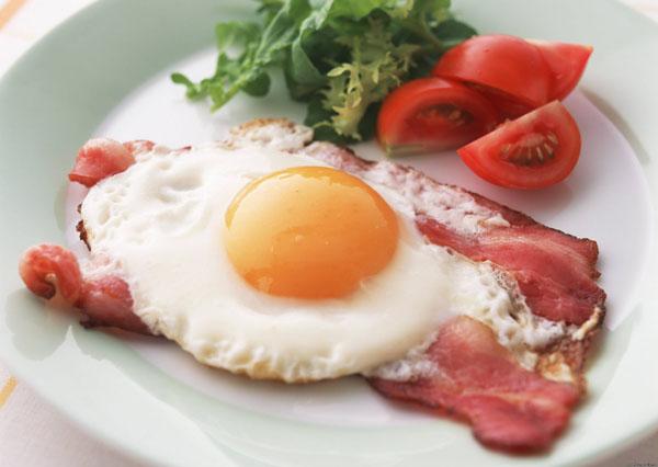 готовить завтрак