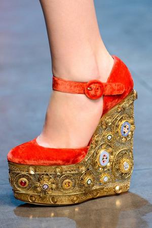 Красные расшитые туфли