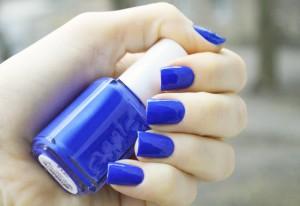 модный синий маникюр