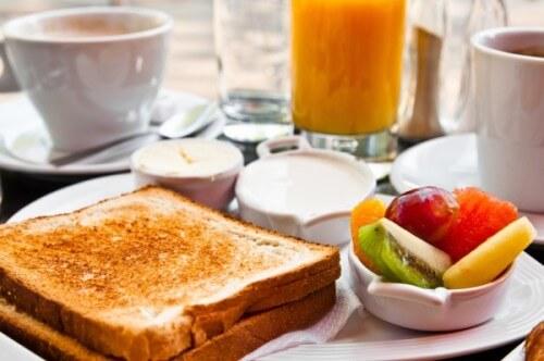 цельнозерновые тосты на завтрак