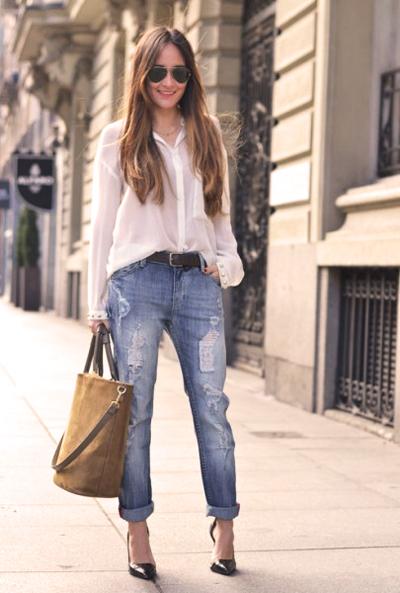 джинсы бойфренды с блузой и каблуками