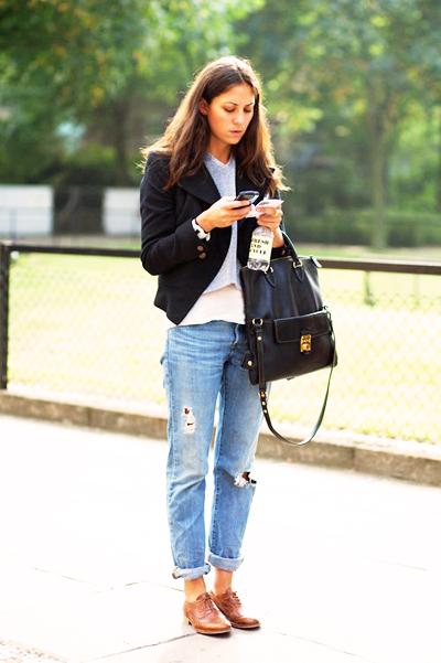 джинсы бойфренды с черным пиджаком и ботинками
