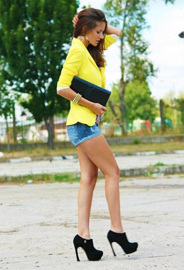 с чем носить желтый и джинс
