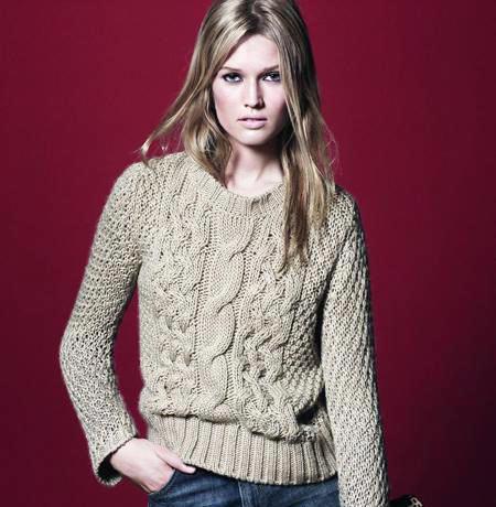 модный вязаный свитер косами