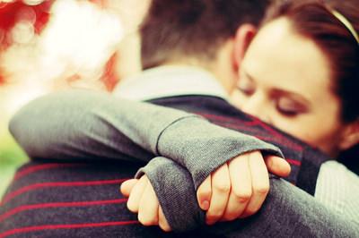обнимать близких