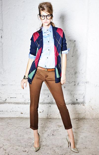 коричневые брюки с рубашкой