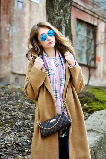 пальто песочного цвета с клетчатым шарфом