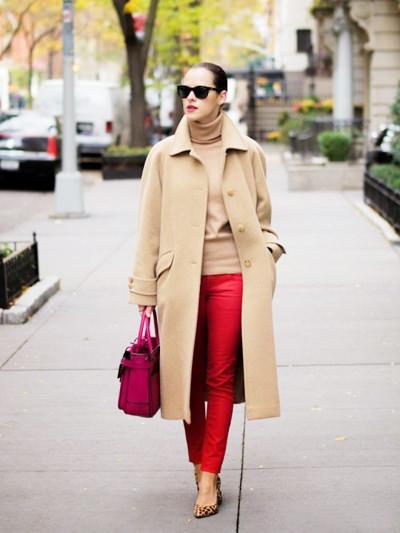 пальто песочного цвета с красными брюками