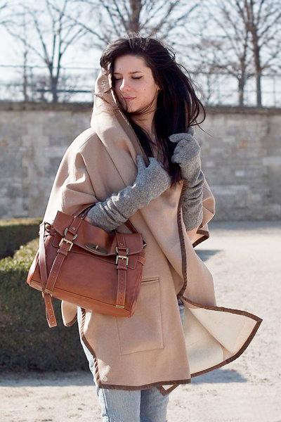 песочное пальто и серые перчатки