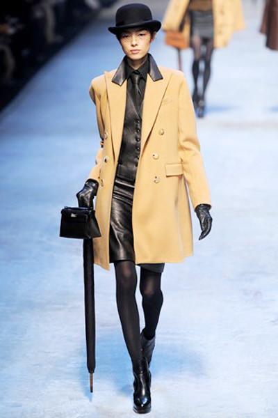 песочное пальто и серый костюм