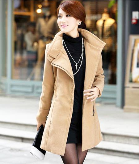 песочное пальто с черным платьем