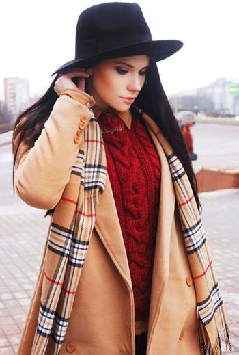 песочное пальто с красным цветом