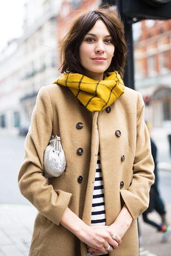 песочное пальто с яркими аксессуарами