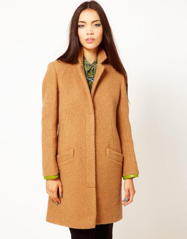 песочное пальто с зеленым
