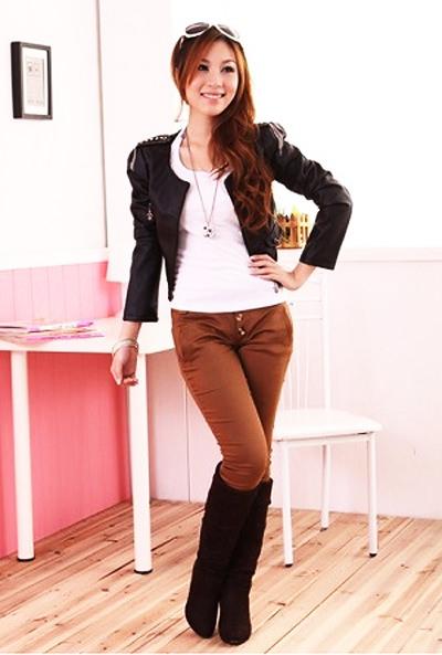 с чем носить коричневые брюки, заправленные в сапоги