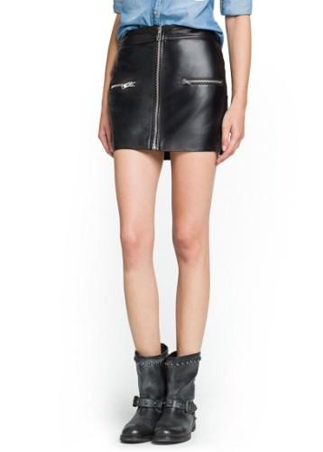 кожаная юбка с массивными ботинками