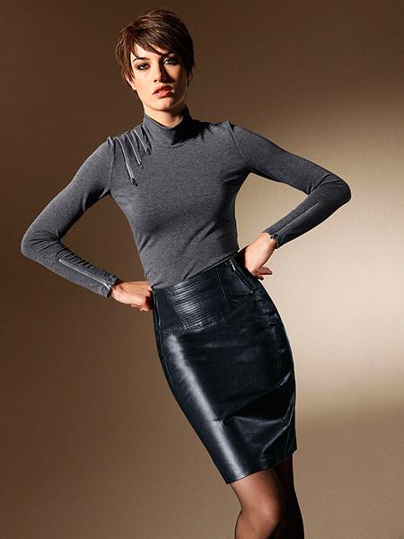 женщина в классической юбке с высоким разрезом раком без белья фото смотреть