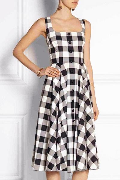 В выборе сарафанов и летних платьев, конечно, есть где разгуляться. Это касается как фасона, так и цветовой гаммы, ведь модным не бывает что-то конкретно