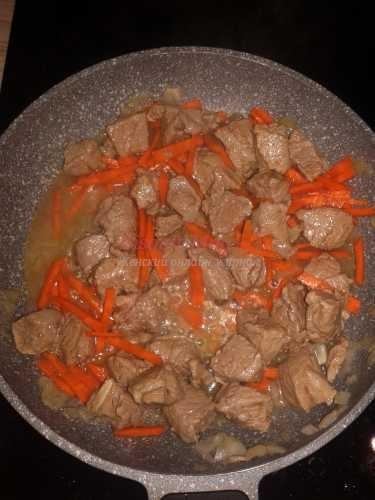 тушеное мясо с луком и морковкой