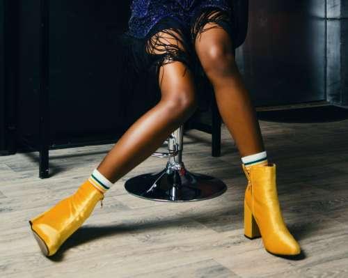 желтые женские ботинки